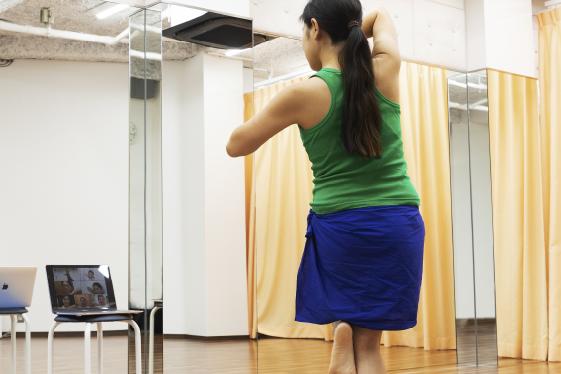 講師の動きを見ながらダンス!